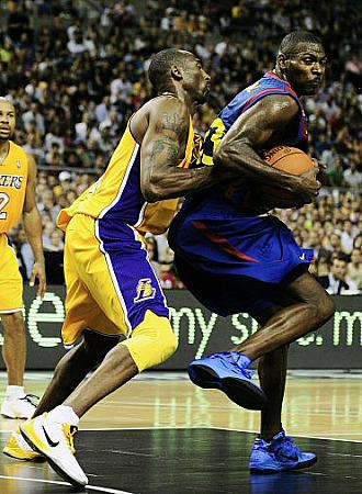Kobe Bryant defiende a Pete Mickeal en el partido Lakers-Bar�a