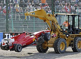 La gr�a recoge el coche de Massa tras su accidente.