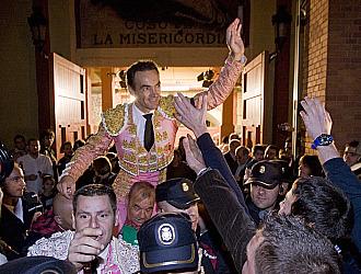El Cid sale por la puerta grande del coso de La Misericordia