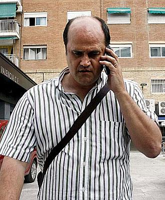 Fernando G�mez, hablando por el m�vil.