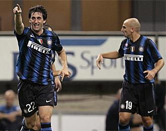Diego Milito y Cambiasso, en un partido con el Inter
