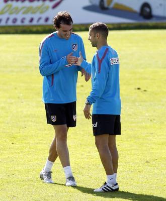 God�n se saluda con Simao en el entrenamiento.