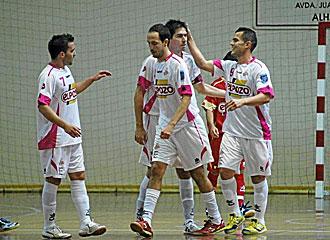 Jugadores de ElPozo se congratulan despu�s de un gol.