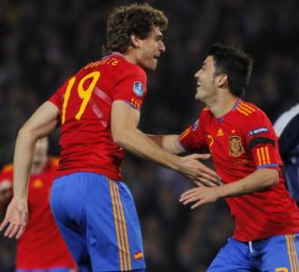 Llorente y Villa celebran el tercer gol