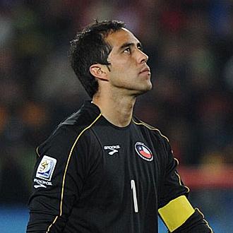 Claudio Bravo, con el brazalete de capit�n de Chile.