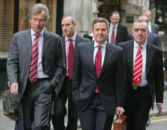 Tres directivos del Liverpool llegan este mi�rcoles al Alto Tribunal de Londres.
