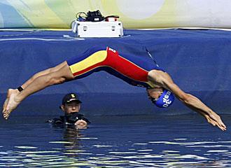 G�mez Noya tir�ndose al agua en plena competici�n.
