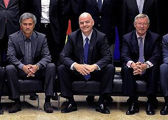 Jos� Mourinho y sir Alex Ferguson, separados por el secretario general de la UEFA, Gianni Infantino, en la �ltima reuni�n de entrenadores de la Champions.