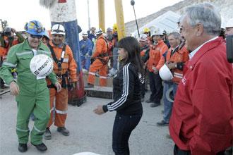 Franklin Lobos, el minero que fue futbolista profesional, juega con un bal�n tras salir a la superficie.