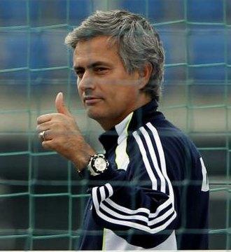 Mourinho hace un gesto positivo en un entrenamiento
