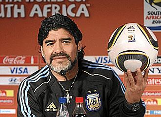 Maradona, con el Jabulani.