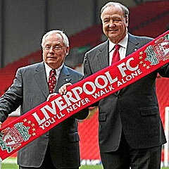 Los actuales propietarios 'reds' con la bufanda del Liverpool