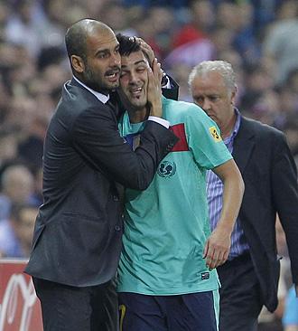 Guardiola abraza a Villa en el partido que jug� el Barcelona ante el Atl�tico en la tercera jornada de Liga.