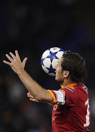 Totti intenta cabecear un bal�n en un partido de Champions entre la Roma y el Cluj.