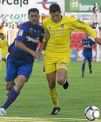 Dos jugadores del Huesca y CArtagena pugnan por un bal�n.