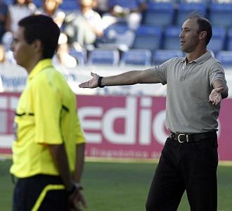 Antonio Calder�n gesticula en el banquillo del Albacete.