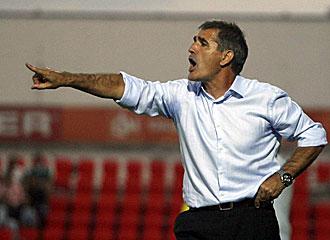 El entrenador del Celta haciendo indicaciones.