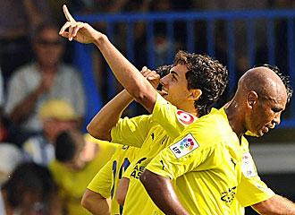El delantero del Villareal Nilmar, celebrando un gol.