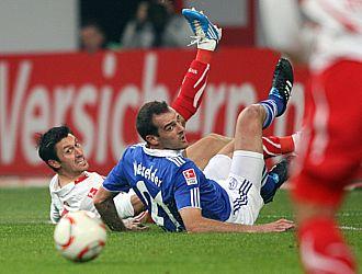 Momento en el que Metzelder cae en el �rea y el �rbitro decreta penalti, que no desaprovech� Huntelaar