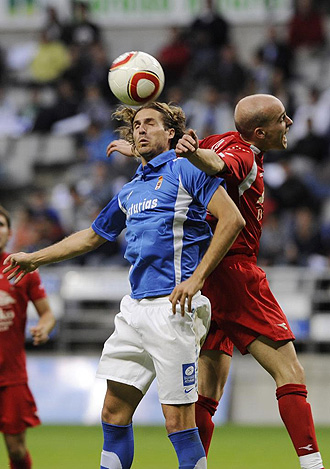 Jandro salta con un contrario en un partido de esta temporada entre el Oviedo y el Pe�a Sport.