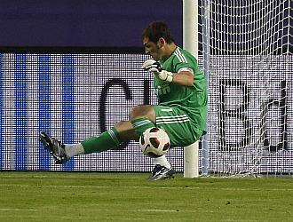 Iker Casillas despeja un bal�n en el partido disputado en La Rosaleda