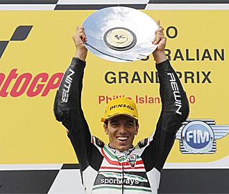 De Angelis celebra su victoria en el podio.