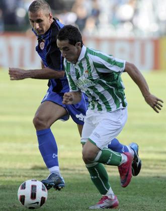 El gerundense �ngel Mart�nez persigue a Ezequiel, durante el partido del s�bado ante el Betis