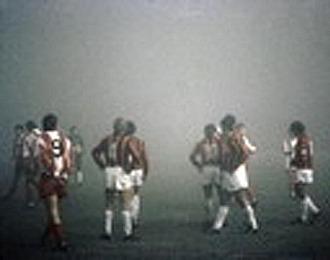 Los jugadores del Estrella Roja y el Milan esperan, en medio de una intensa niebla, la suspensión del partido jugado el 9 de noviembre de 1988 en Belgrado.