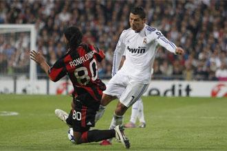 Ronaldinho se 'gan�' la ira de la grada con su dura entrada sobre Cristiano.