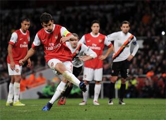 Momento en el que Cesc dispara desde los 11 metros para marcar gol.