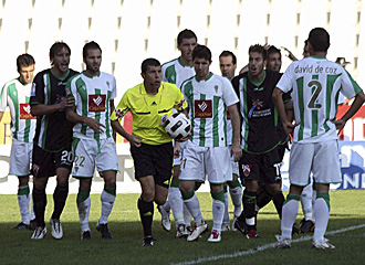 Ceballos Silva se vio rodeado por los jugadores de C�rdoba y Elche tras pitar penalti y luego rectificar el pasado domingo