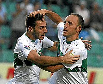 Xumetra celebrando un gol con Palanca.