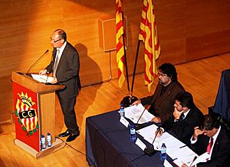El presidente Jos� Mar�a Fern�ndez durante la asamblea del Gimn�stic de Tarragona