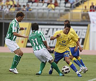 Vitolo regatea a Be�at durante el partido que Las Palmas disput� ante el Betis