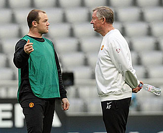 Wayne Rooney charla con Alex Ferguson