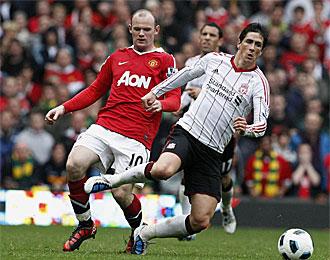 Rooney y Torres, en el partido que les enfrent� esta temporada en la Premier League