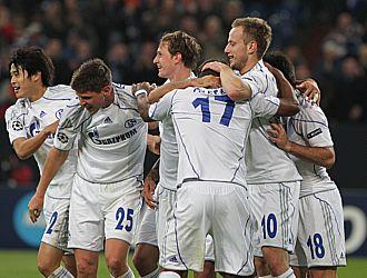 Los jugadores del Schalke se abrazan tras la consecuci�n de uno de los goles del equipo