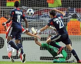 Roberto intenta sacar un remate del Olympique