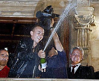 Lorenzo festejando el t�tulo en Palma.