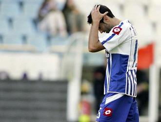 Antonio Tom�s se lamenta tras fallar una gran ocasi�n ante Osasuna.