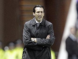 Emery da instrucciones durante el partido.