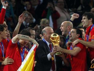 Del Bosque y Xavi alzan la Copa del Mundo en Johannesburgo.