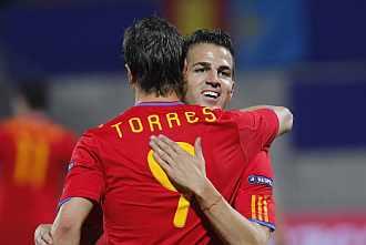 Torres y F�bregas se abrazan en el partido ante Liechtenstein