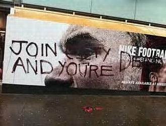 """La tienda del United en Old Trafford apareci� con esta pintada: """"Si te vas al City, est�s muerto"""""""