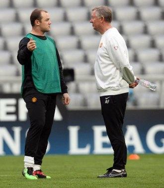 Ferguson y Rooney charlan en un entrenamiento