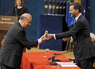 El Pr�ncipe Felipe le entrega el diploma a Vicente Del Bosque.