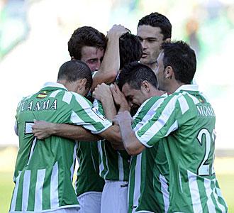 Los jugadores del Betis celebran un gol.