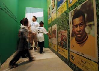 Unos ni�os miran fotos de Pel� este viernes en el Museo del F�tbol de Sao Paulo.