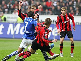 Ra�l siempre estuvo muy vigilado por la defensa del Eintracht