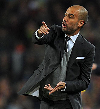 Guardiola dirige a los suyos en un partido.